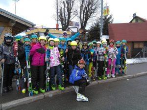 dzieci z nartami